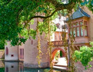 Фотообои Замок с прудом 5280