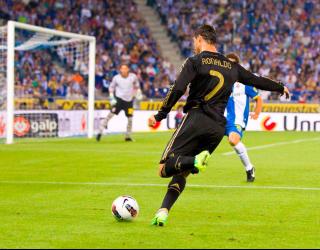 Фотообои Роналдо атакует ворота 6913