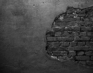 Фотообои Чёрная кирпичная стена со штукатуркой 21028