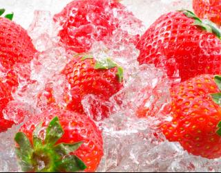 Фотообои Клубника во льду 10378