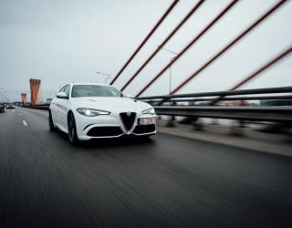 Фотообои роскошная белая машина на мосту 21360