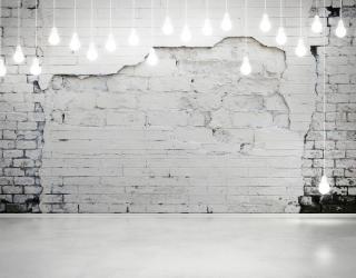 Фотообои Белая стена с лампочками 20635