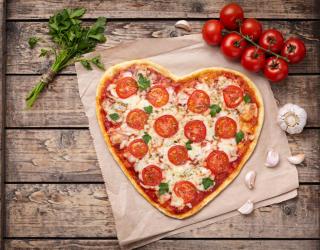 Фотообои Пицца в виде сердца 25089