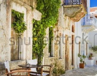 Фотообои Улочка, стол, стулья, балкон  454416568